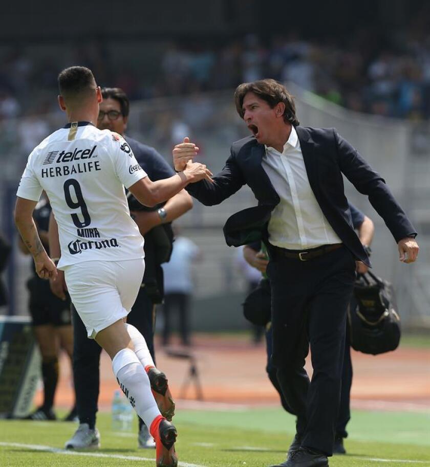 El jugador de Pumas Felipe Mora (i), festeja con su técnico Bruno Maironi tras anotar el domingo 10 de marzo, durante el juego correspondiente a la jornada 10 del torneo mexicano de fútbol, en el estadio Olímpico de Ciudad de México (México). EFE/Archivo