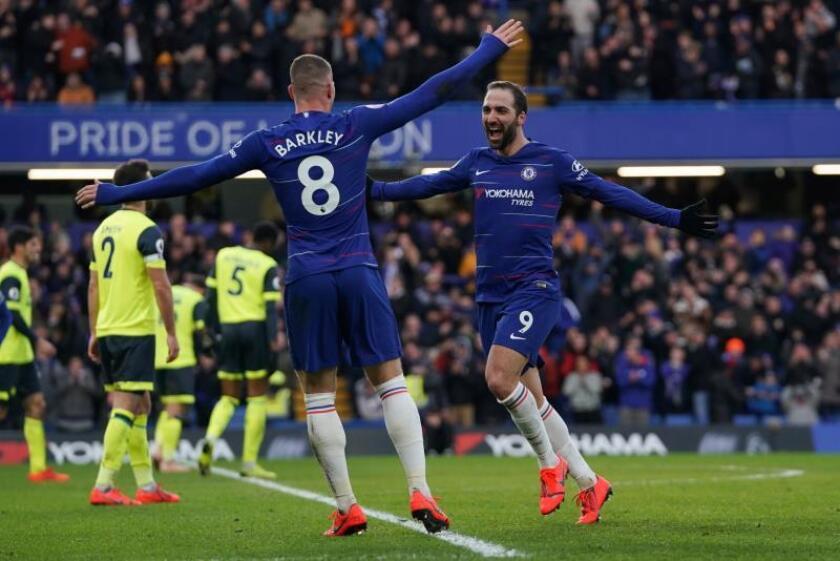 El delantero argentino del Chelsea Gonzalo Higuain (d) celebra uno de sus goles al Huddersfield en Stamford Bridge, Londres. EFE/EPA/