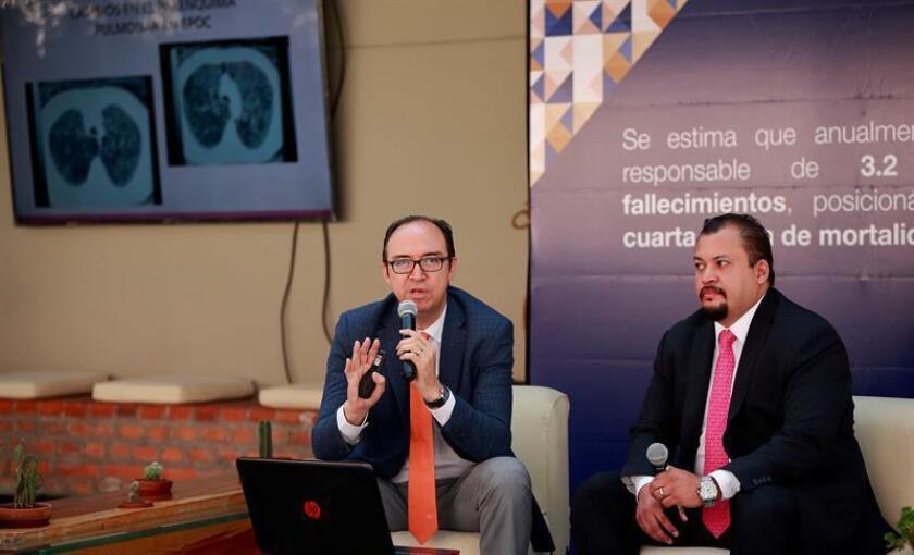 El gerente médico respiratorio en GlaxoSmithKline México (GSK) Marco Polo Macías (d) y el secretario de la Sociedad Médica de Neumología y Cirugía de Tórax, el doctor Jesús Vázquez Cortés (i) participan en una rueda de prensa, en Ciudad de México (México) hoy, viernes 27 de julio de 2018. EFE