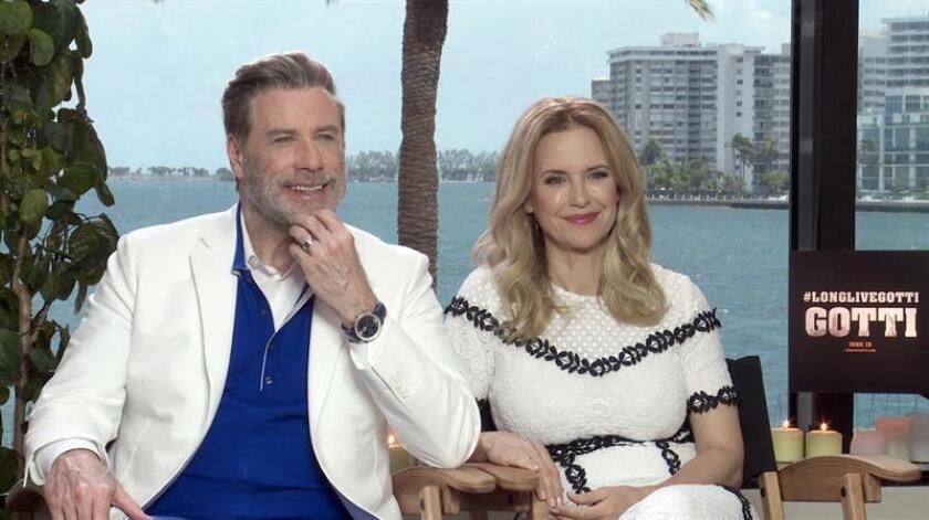 """La pareja de actores John Travolta y Kelly Preston hablan durante una entrevista con Efe el 8 de junio de 2018, en Miami, Florida (EE.UU.). John Travolta y Kelly Preston, marido y mujer en la vida real, revivieron la """"difícil"""" experiencia de perder a un hijo en la película """"Gotti"""". EFE/Archivo"""