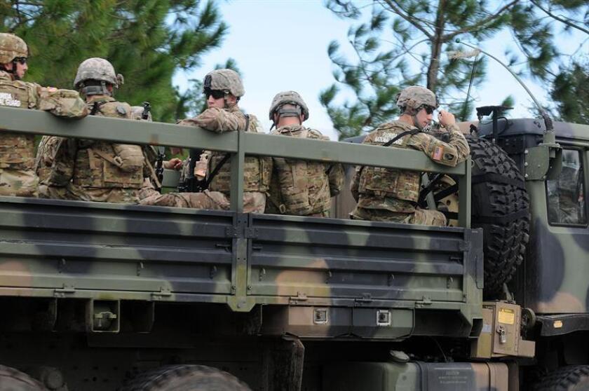 Arizona mandó hoy un primer contingente de 60 efectivos de la Guardia Nacional a su frontera con México, en donde dará apoyo por tierra y aire a la Patrulla Fronteriza, aunque también se prevé asista en los puertos de entrada. EFE/ARCHIVO