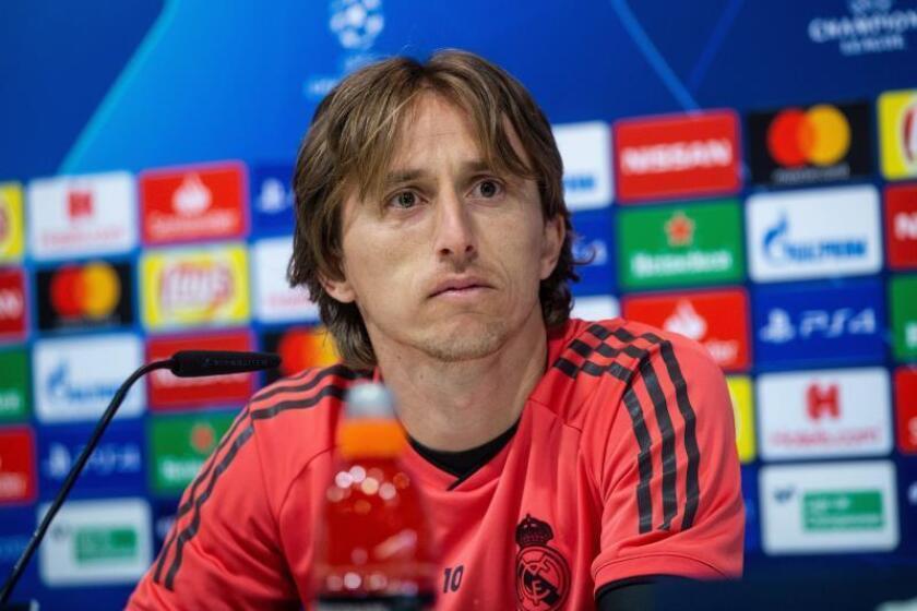 El centrocampista croata del Real Madrid Luka Modric, durante la rueda de prensa tras el entrenamiento previo al partido de Liga de Campeones frente al Ajax, esta mañana en la Ciudad deportiva del Real Madrid en Valdebebas.- EFE