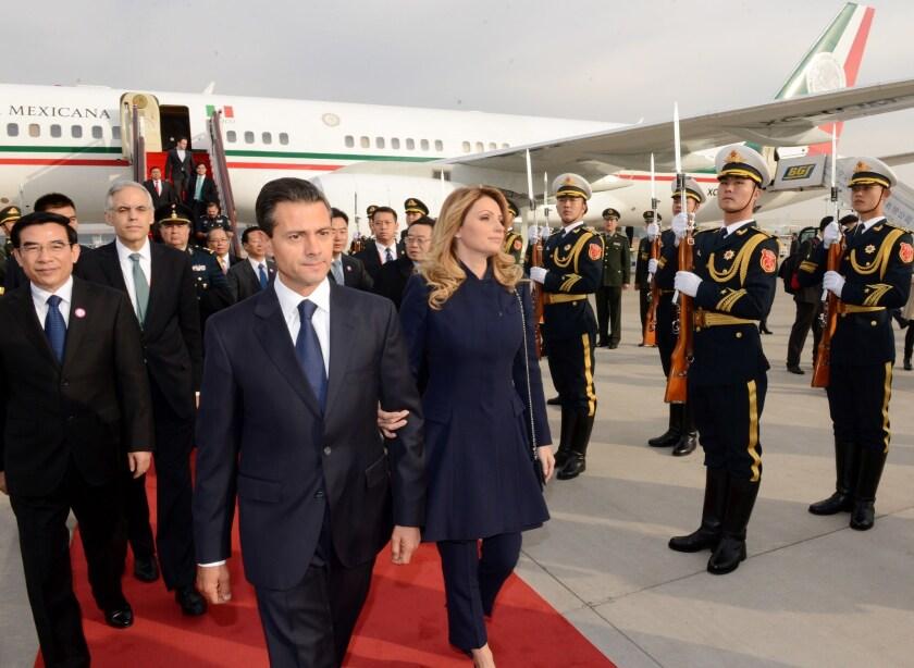 Enrique Peña Nieto y su esposa Angélica Rivera durante una visita de estado a la república China.