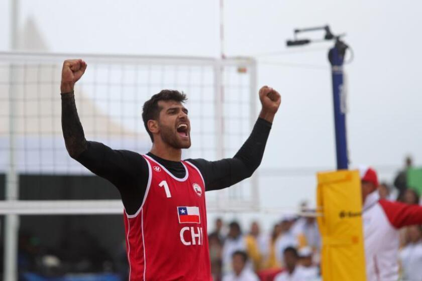 Marco Grimalt de Chile celebra este martes en la final de voleibol de playa entre Chile y México en los Juegos Panamericanos 2019, en Lima (Perú). EFE/Juan Ponce Valenzuela
