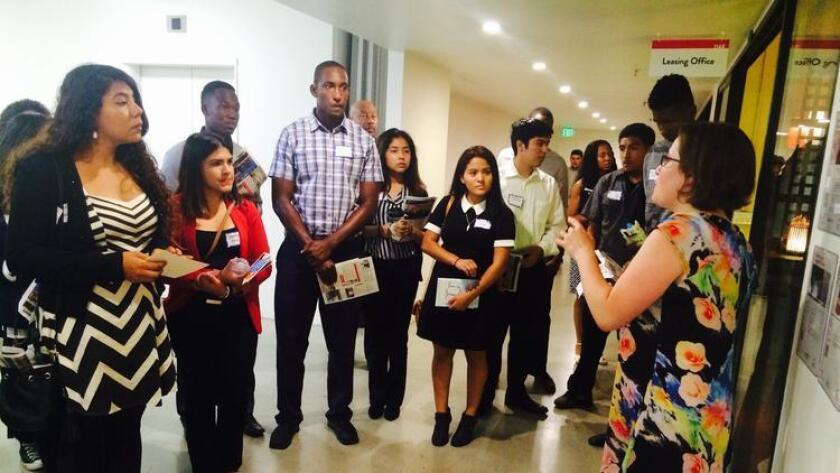Un grupo de jóvenes del Sur de Los Ángeles son capacitados para abrir sus negocios con ayuda de educadores y expertos en negocios de la comunidad.