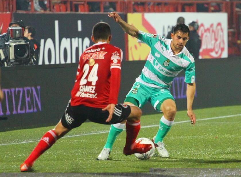 El defensa mexicano César Ibáñez (d), del Santos Laguna, aseguró hoy venir de menos a más en la recuperación de una lesión de rodilla y confió en poder ayudar a su equipo en el torneo Clausura 2017. EFE/ARCHIVO