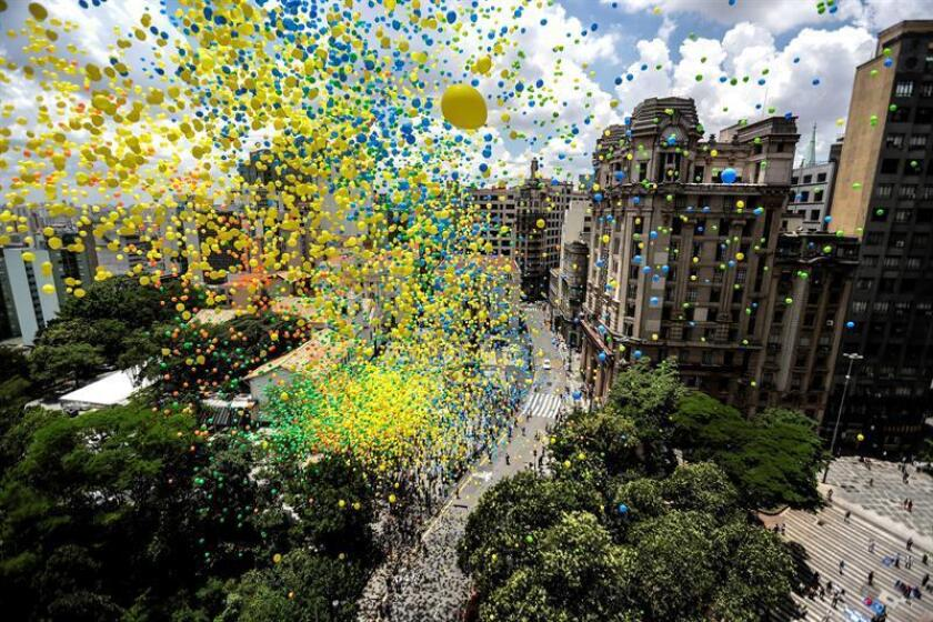 Members of the Commercial Association of Sao Paulo (ACSP) launch around 50,000 balloons in a traditional ceremony to greet the New Year and bid farewell 2018, in the central region of Sao Paulo, Brazil, 28 December 2018. EPA-EFE/ Sebastiao Moreira
