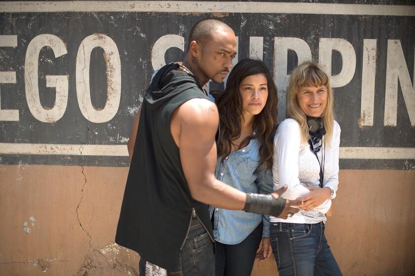 """A la derecha, la directora Catherine Hardwicke on el set de la cinta """"Miss Bala"""", que se estrena en EE.UU."""