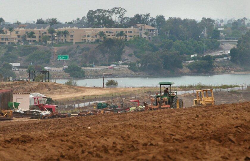 Carlsbad planea construir un sendero público a lo largo de la orilla sur de la laguna Agua Hedionda y de los campos de fresas.