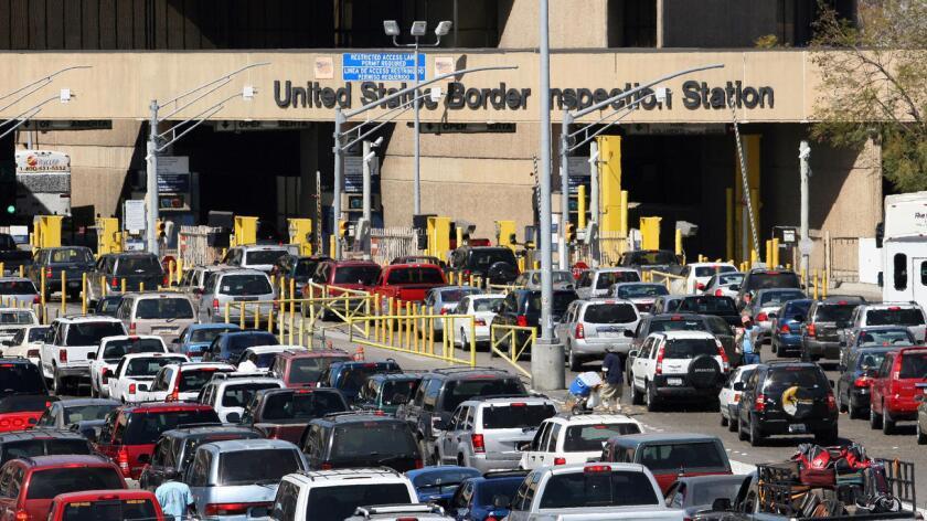 Foto de archivo. Las entradas viales a Estados Unidos registraorn más tráfico que de costumbre.
