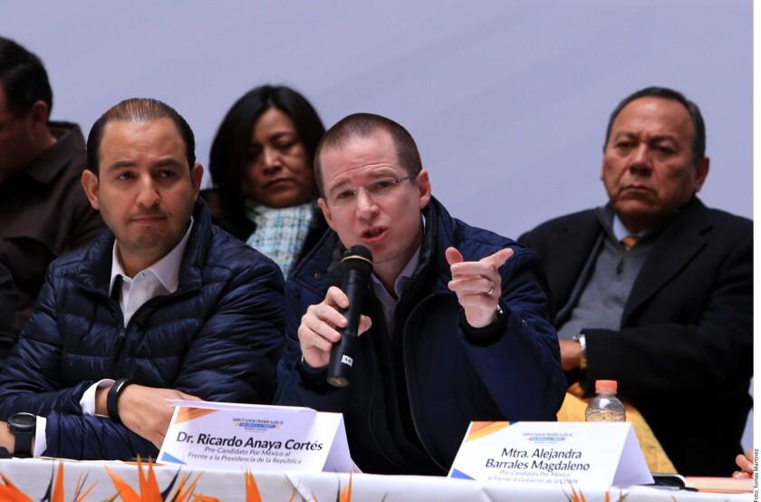 En compañía de la precandidata al Gobierno de la Ciudad, Alejandra Barrales, el aspirante presidencial del Frente opositor presidió un mitin ante unos 15 mil simpatizantes que se apretujaron en el Deportivo Plateros de la Delegación Álvaro Obregón en manos del PRD.