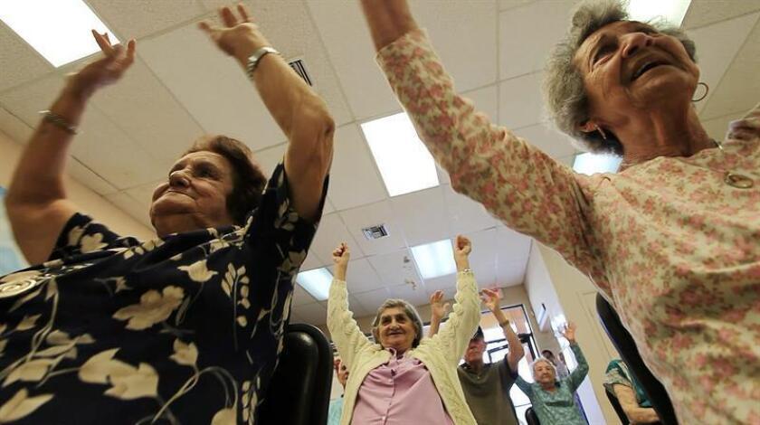 Un grupo de ancianos participa en una clase de la yoga. EFE/Archivo