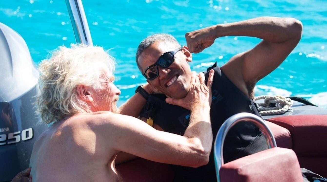El ex presidente Obama bromea con el multimillonario Richard Branson, dueño de la empresa Virgin y la isla en la que se encuentran. Barack vacaciona con su esposa Michelle. (Reuters)