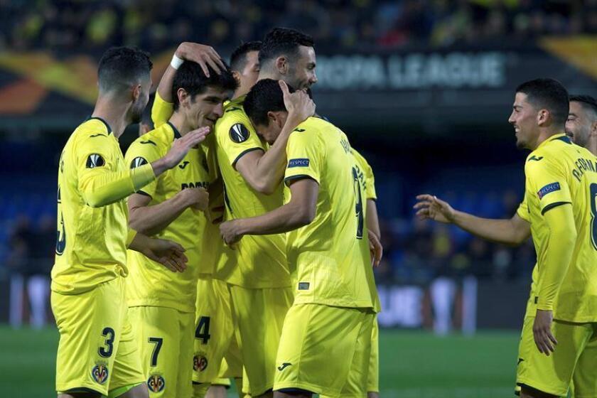 El delantero colombiano del Villarreal Carlos Bacca (c) celebra con sus compañeros, su gol ante el Zenit de San Petersburgo, el segundo del equipo, durante el partido de vuelta de octavos de final de la Liga Europa que se juega esta noche en el estadio de La Cerámica, en Villarreal. EFE