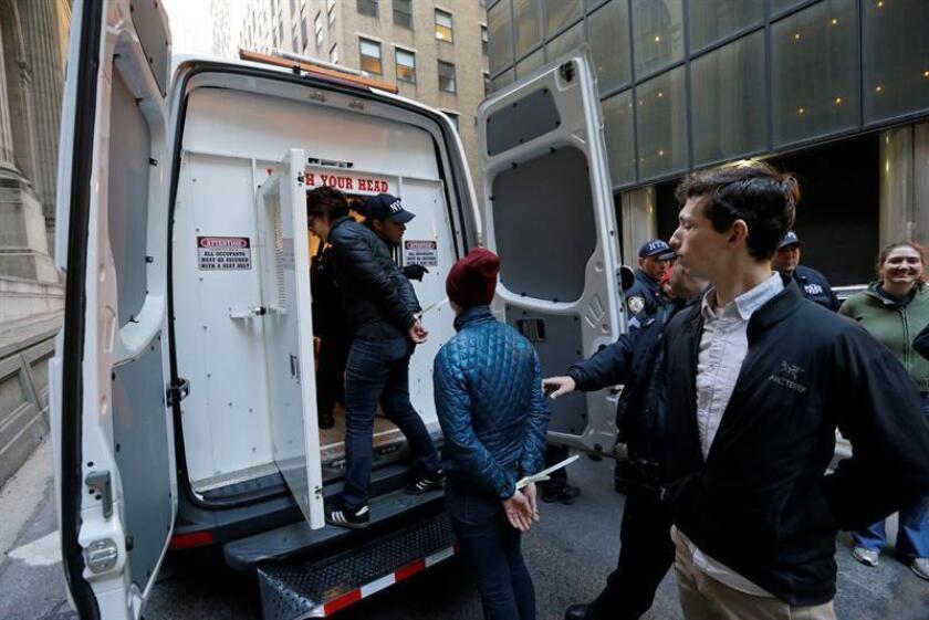 Un total de trece empleados y exempleados públicos de Nueva York, entre ellos policías de tránsito y personal de emergencias médicas, fueron acusados hoy por un esquema de fraude a una compañía de seguros, que les llevó a robar en conjunto medio millón de dólares. EFE/ARCHIVO