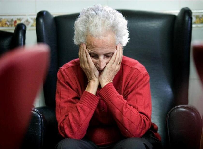Según datos de la Corporación Profesional Alzheimer y otras Demencias (Coprad), en Chile unas 200.000 personas padecen actualmente esa enfermedad, cifra que hasta se podría triplicar hacia el 2050, según las estimaciones. EFE/Archivo