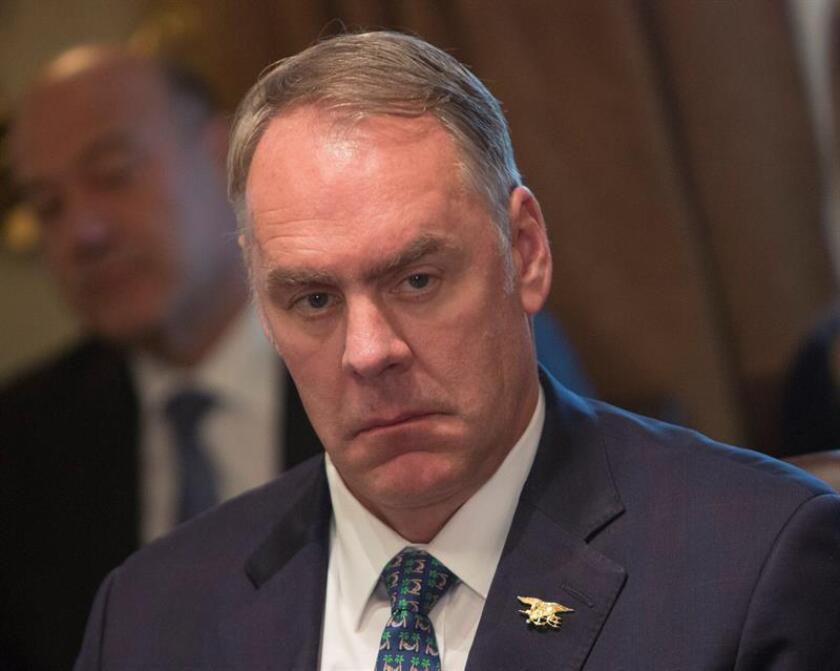 El secretario del Interior, Ryan Zinke, escucha durante una reunión del gabinete de Gobierno, en la Casa Blanca de Washington DC (Estados Unidos). EFE/POOL/Archivo