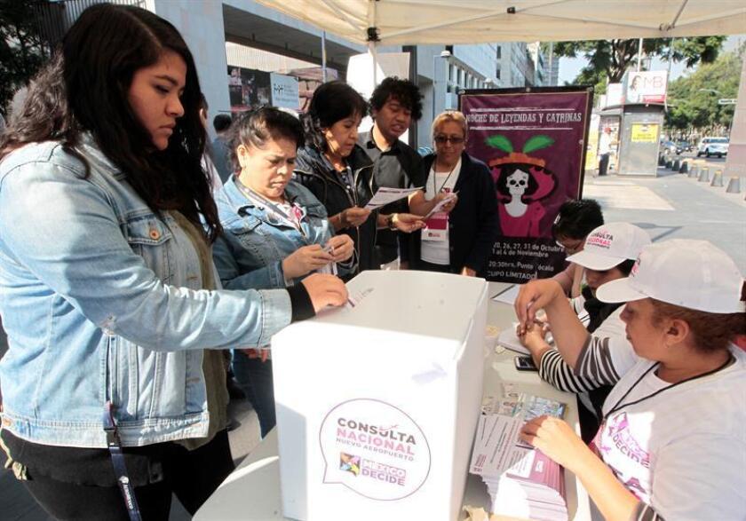 Ciudadanos mexicanos votan hoy, jueves 25 de octubre de 2018, en urnas instaladas en diferentes puntos de Ciudad de México (México). EFE