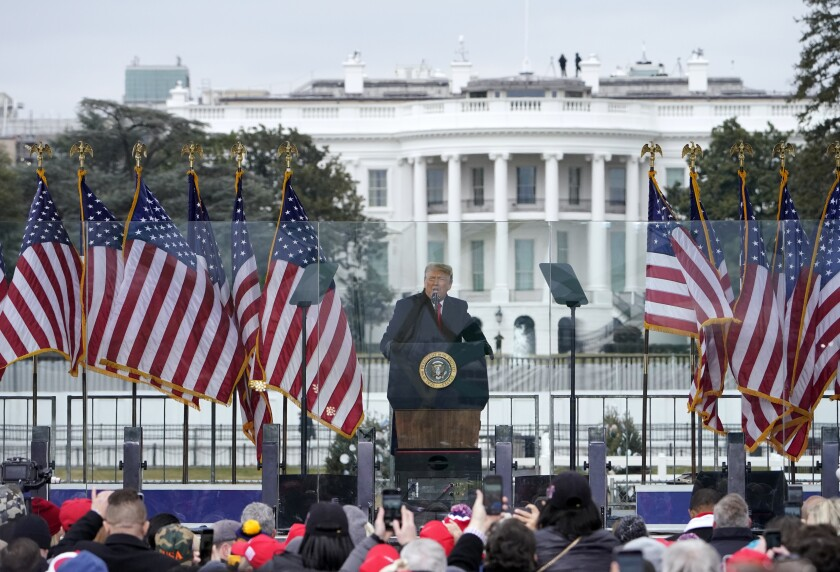 En esta fotografía del 6 de enero de 2021, el presidente Donald Trump habla durante un mitin