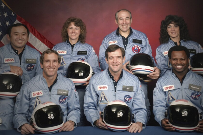 En esta imagen difundida por Netflix, los siete tripulantes del Challenger