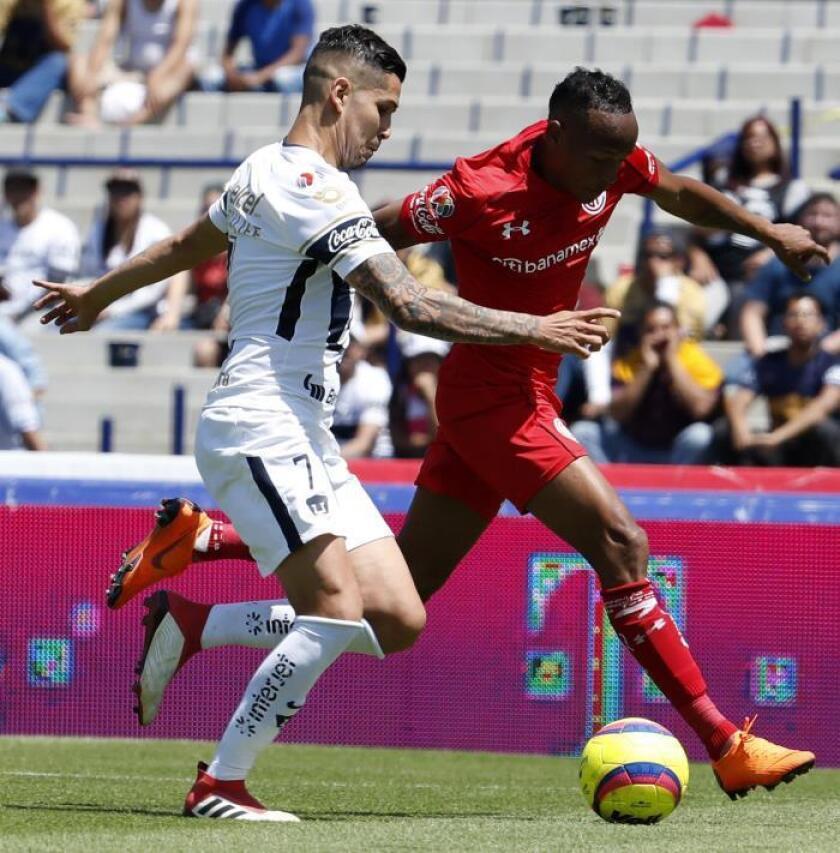 El jugador de Pumas David Cabrera (i) pelea por el balón con Cristian Borja del Toluca. EFE/Jorge Núñez/Archivo