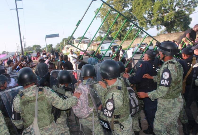 Migrantes de origen africano protestan este jueves en las afueras de la Garita Migratoria Siglo XXI, en la ciudad de Tapachula en el estado de Chiapas (México). EFE/Juan Manuel Blanco