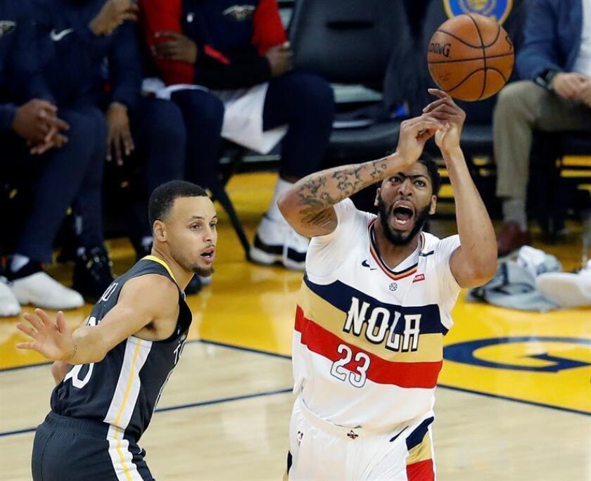 Curry (i) de los Warriors en acción ante Anthony Davis (d) de los Pelicans hoy, durante un partido de baloncesto de la NBA. EFE/Archivo