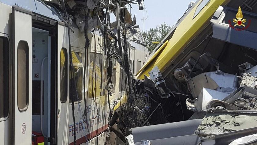 Los restos de dos trenes de pasajeros después de que chocaron de frente en la región de Puglia, el martes 12 de julio de 2016. (Oficina de prensa de los bomberos italianos vía AP)