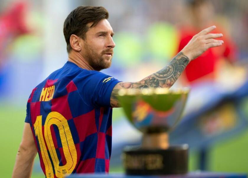 El capitán y delantero argentino del FC Barcelona, Leo Messi, saluda a la afición en el Camp Nou, en Barcelona. EFE/Enric Fontcuberta/Archivo