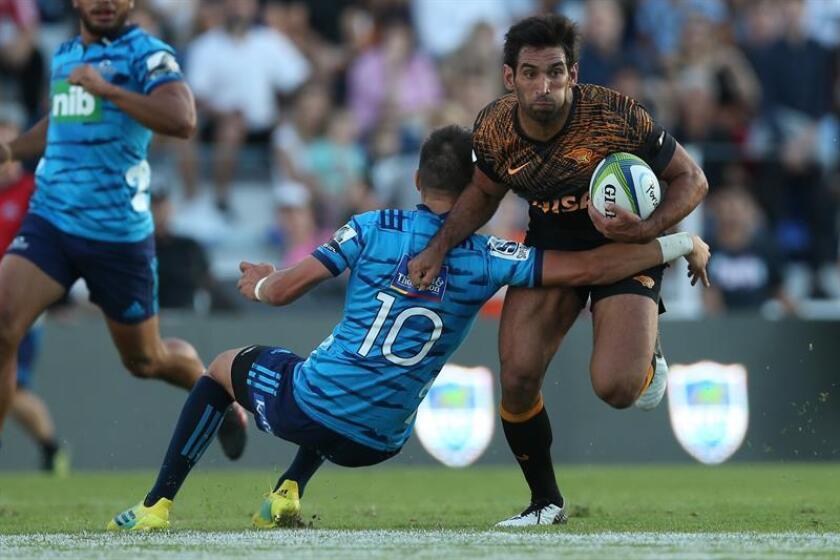 El jugador de Jaguares, Matías Orlando (d), disputa la bola con Oere Black (i), de Blues, durante un partido de Super Rugby disputado, este sábado, en el estadio Vélez Sarfield, en Buenos Aires, Argentina. EFE