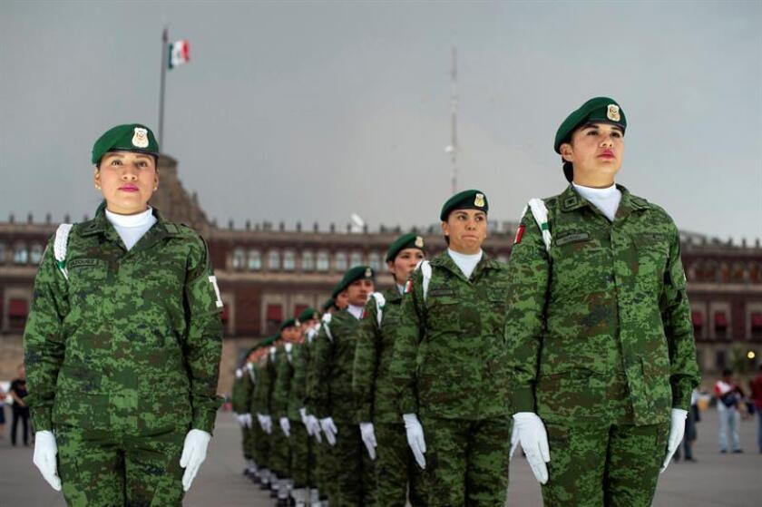 Fotografía cedida por la Presidencia de México, muestra a mujeres militares que participan, este viernes, en la ceremonia a la bandera en el marco de la conmemoración del Día Internacional de la Mujer, en la plaza del Zócalo de Ciudad de México (México). EFE/PRESIDENCIA/SOLO USO EDITORIAL