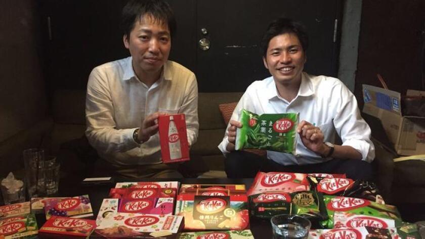 Ryoji Maki, gerente de mercadotecnia de KitKat en Japón (izq.) y el portavoz de Nestlé Japón, Takuya Hiramatsu, muestran sus productos (Jonathan Kaiman / Los Angeles Times).