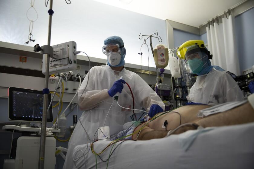 Personal médico trabajando en la Unidad de Cuidados Intensivos para pacientes de COVID-19