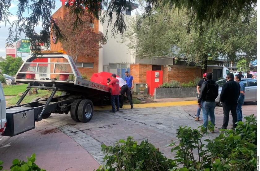 El momento en el que el auto de Nodal es remolcado tras el accidente