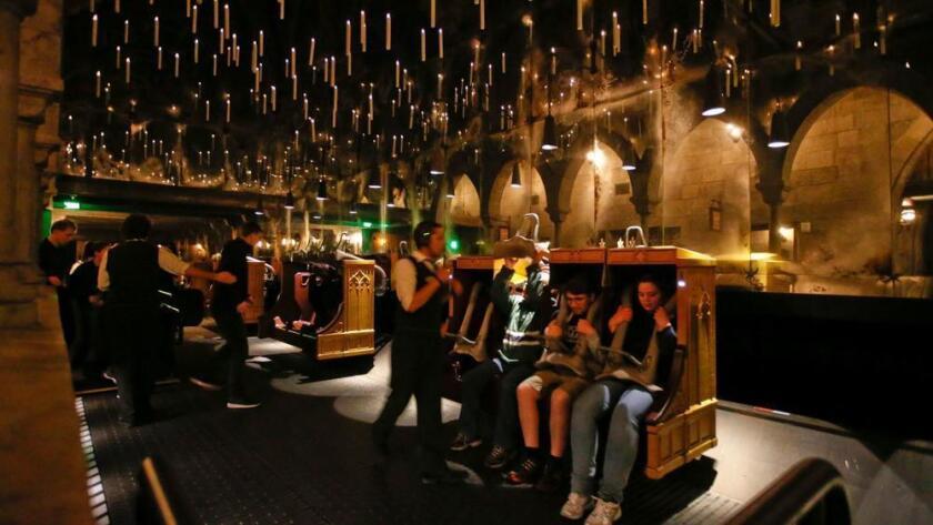 Candelabros flotan y se ciernen sobre los visitantes de Harry Potter and the Forbidden Journey, en Universal Studios Hollywood. El parque ha eliminado el efecto 3-D de la atracción.