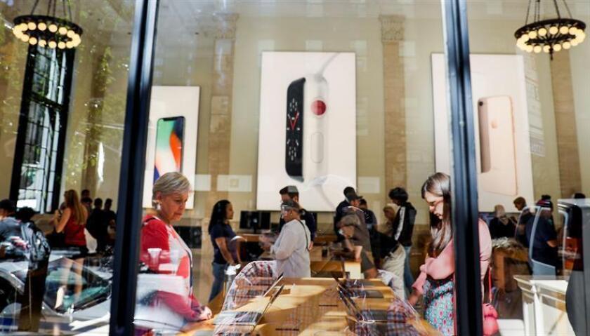 Varias personas miran las exposiciones del nuevo iPhone 8 y iPhone 8 Plus en una tienda de Apple en Nueva York, Estados Unidos. EFE/Archivo