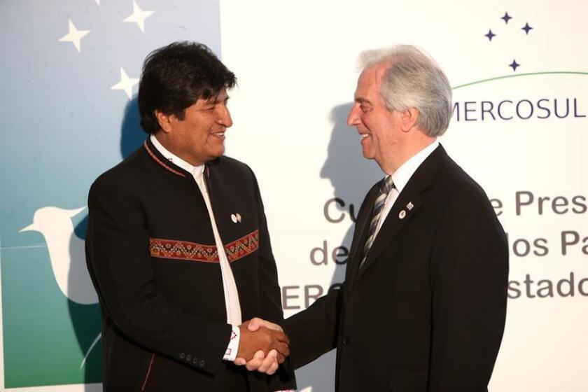 El presidente de Uruguay, Tabaré Vázquez (d), saluda al presidente de Bolivia, Evo Morales (i), al comienzo de la cumbre de presidentes del Mercosur y Estados asociados hoy, martes 18 de diciembre de 2018, en Montevideo (Uruguay). EFE
