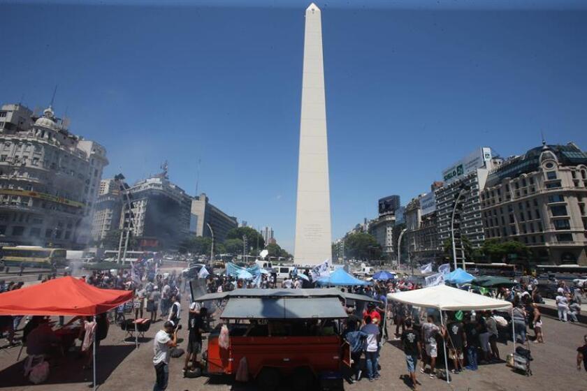 """Decenas de vendedores de 'choripanes' (bocadillos de chorizo -popularmente conocidos como 'choris'-) fueron registrados este jueves, durante una jornada denominada """"parrilazo"""", en la que se regalaron cerca de 1.000 choris, para pedir que no se prohíba su venta cerca de los estadios, en Buenos Aires (Argentina). EFE"""