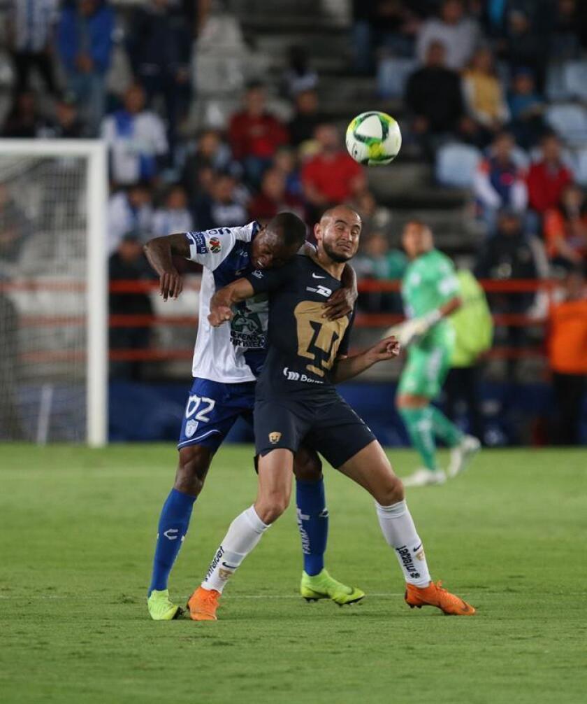 El jugador de Pachuca Jaine Steven Barreiro (i), pelea por el balón con Carlos González (d), de Pumas durante el juego correspondiente a la jornada 4 del torneo mexicano de fútbol, celebrado en el estadio Hidalgo, en la ciudad de Pachuca (México). EFE/Archivo