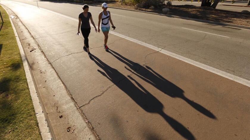 En Palm Springs, el termómetro marcó 49,4 grados Celsius (121 Fahrenheit) al inicio de la tarde. La temperatura en Phoenix superó la marca de 43,8 C (111 F).