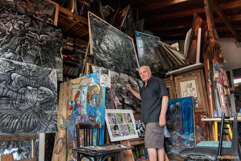 """""""Trabajo a partir del caos, mientras la conciencia fluye,dice el pintor Francisco Hernández."""