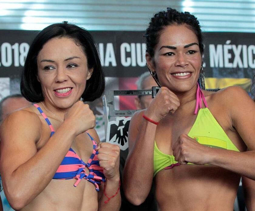 La boxeadora mexicana Jackie Nava (i) y la boxeadora venezolana Alys Sánchez (d) posan hoy, viernes 10 de agosto de 2018, durante la ceremonia de pesaje en el foro de la Arena Ciudad de México (México). EFE