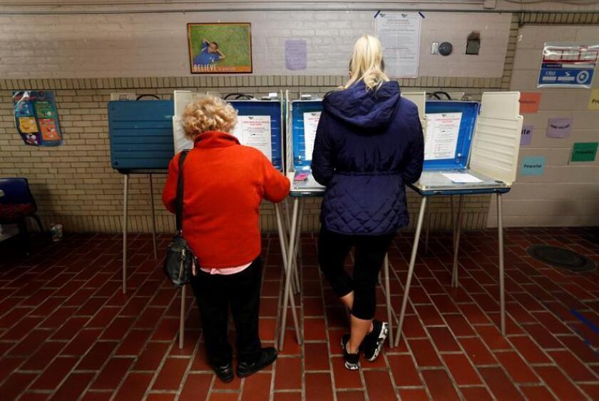 De acuerdo con los datos de la encuesta realizada por encargo del diario The Washington Post y de la cadena ABC News, la diferencia en intención de votos se incrementa a favor de los demócratas entre las votantes mujeres, con un 57 % a favor de los liberales. EFE/Archivo