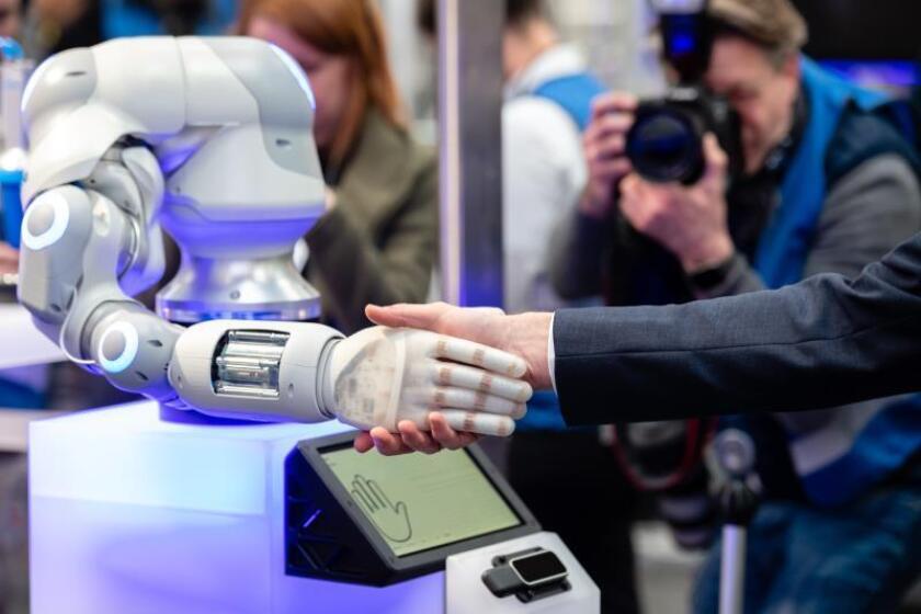 Un empleado en el stand de la empresa 'Festo' demuestra el funcionamiento de un robot con el llamado 'BionicSoftHand' en la Feria de la Industria de Hannover (Hannover Messe) en Hannover, Alemania, 31 de marzo de 2019. EFE/EPA/JENS SCHLUETER/Archivo
