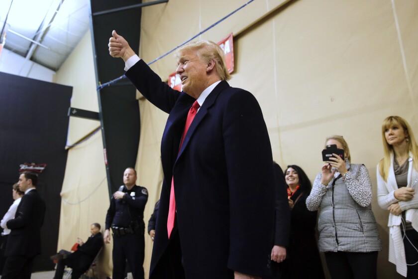El precandidato presidencial republicano, Donald Trump, da una señal de aprobación mientras visita el sitio de las elecciones presidenciales primarias el Clive, Iowa, el lunes 1 de febrero de 2016. (Foto AP/Jae C. Hong)