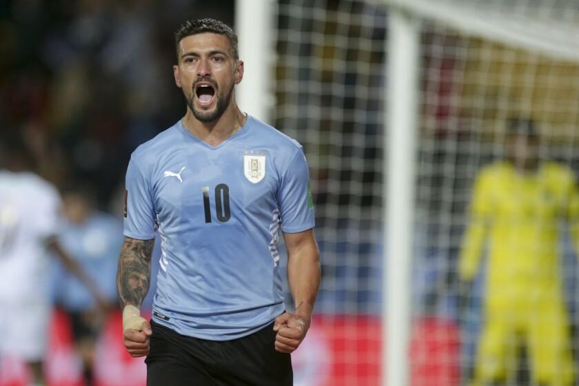 El uruguayo Giorgian de Arrascaeta festeja tras anotar el primer gol en el partido contra Bolivia \