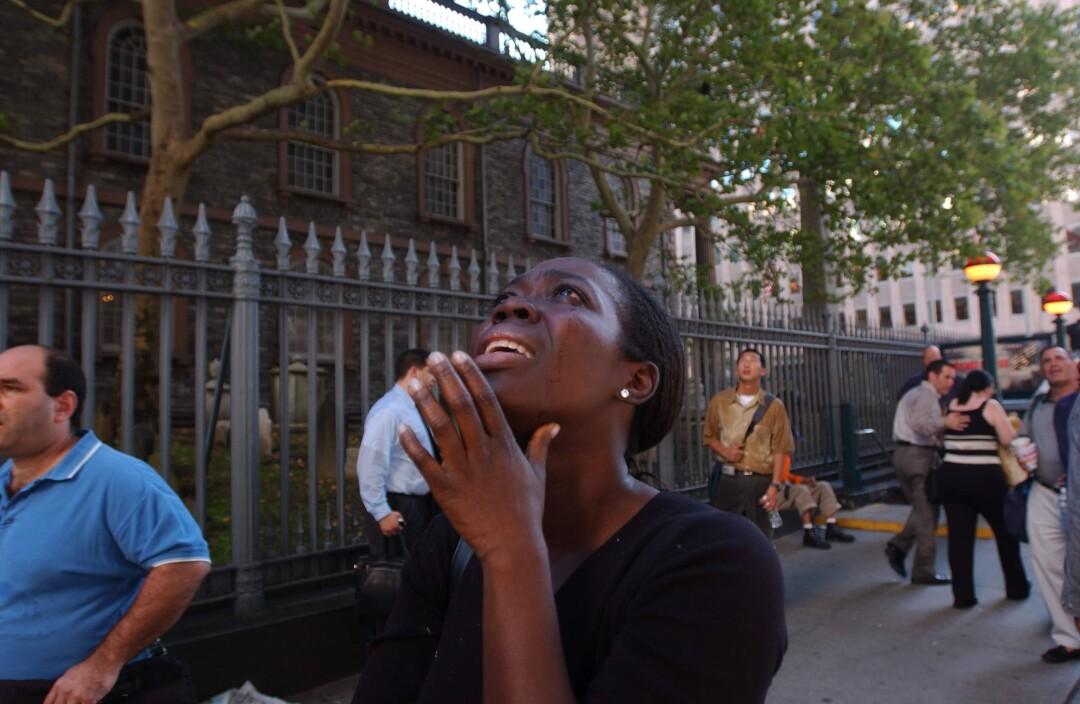 وقتی یک زن در آسمان خیابانی در نیویورک به آسمان نگاه می کند ، احساسی است