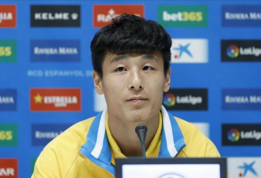 El delantero chino Wu Lei durante su presentación. EFE