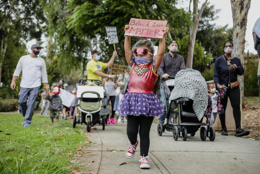 Leora Raab, de 2 años, participa en una protesta de Kids Black Lives Matter en Trolley Barn Park el sábado.