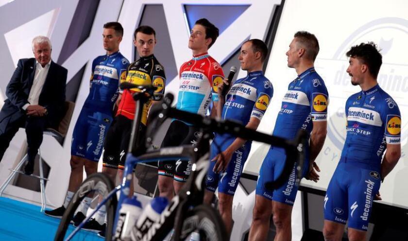 El ciclista español Enric Mas (centro), segundo clasificado en la pasada edición de la Vuelta a España, junto a sus compañeros durante la presentación. EFE